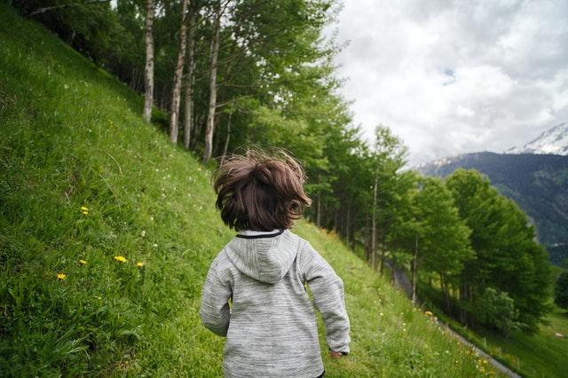 Samotnie na łonie natury? Tylko tak dziecko naprawdę nawiązuje więź z przyrodą