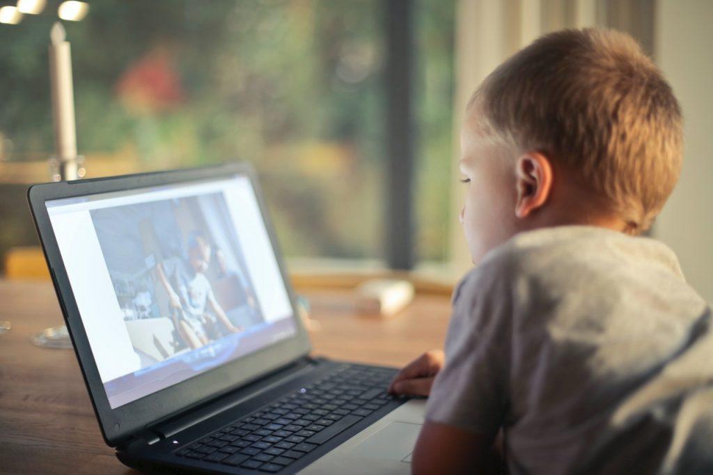 rozwój intelektualny dziecka? uwaga na nadmiar TV i komputera