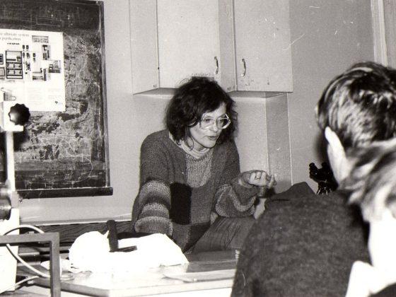 Prof. Ewa Bartnik prowadzi warsztaty biochemiczne w Warszawie, 1991