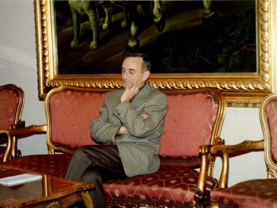 Prof. Henryk Samsonowicz we wnętrzach pałacu w Jadwisinie podczas obozu, 1993